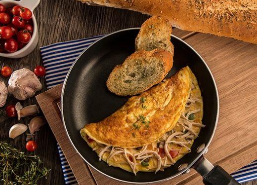 Omelette de pollo con champiñones y pimientos