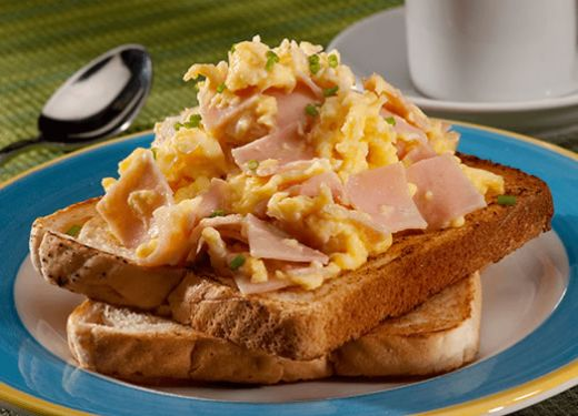 Huevos revueltos con jamón y cebollín